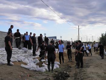 Echipele Apelor Romane, impreuna cu ISU, lucreaza la digul de la Galati