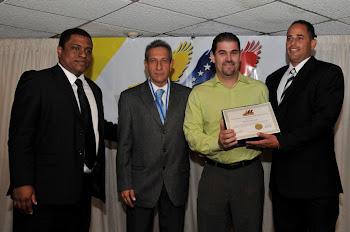 J.C. León recibe reconocimiento por la directiva de VEPPEX por su apoyo a la causa venezolana.