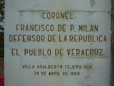 Letrero bajo la Estatua del Coronel  Milán