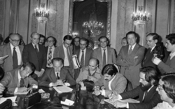 Antonio Hernández Gil, Presidente de la Comisión Mixta de la Constitución informó a los periodistas del Dictamen sobre la Constitución Española. (1978)