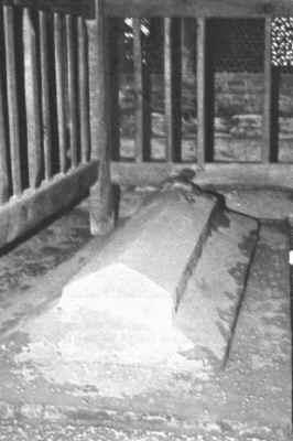 Aquí yace Jesús. Losa o túmulo sepulcral de Jesús en el edificio sagrado conocido por