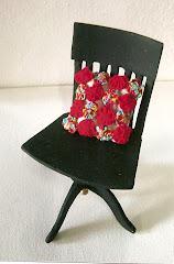 Cadeira giratória e almofadinha em fuxico - escala 1:6.