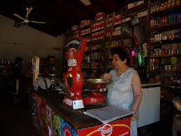 Doña Pomposa en su almacén