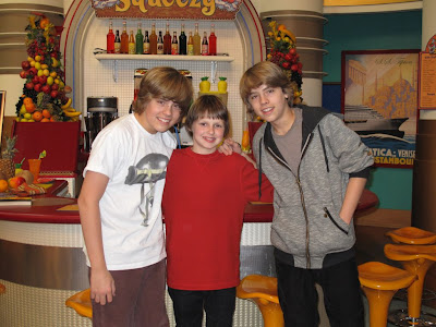 http://3.bp.blogspot.com/_c9KotcbaiBc/Sbr218LPfZI/AAAAAAAAEtA/z1lFz_SphRg/s400/James_with_Dylan_and_Cole_Sprouse.JPG