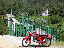 Honda CD50,ponte de acesso a casa,estrada para Pessegueiro do Vouga