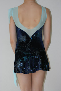 Jag tycker väldigt mycket om denna modell på klänning. Den har även varit  mycket omtyckt av konståkare. Även denna klänning är till salu. d1f7ad686cdf9