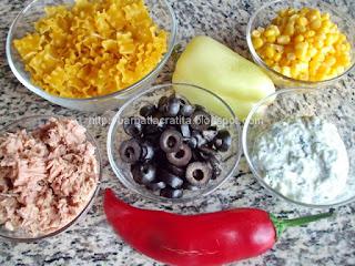 Ingredientele retetei salata de paste cu ton si tzatziki
