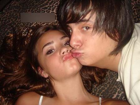 Demi Lovato  Boyfriend on Demi Lovato Kissing Her Boyfriend 1 Jpg