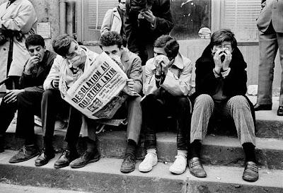 Joves llegint la premsa durant el maig del 68 a París