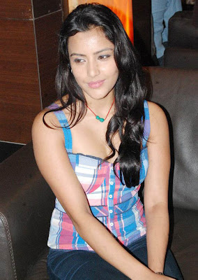Priya Anand New Stills From Blnd date premier show cleavage