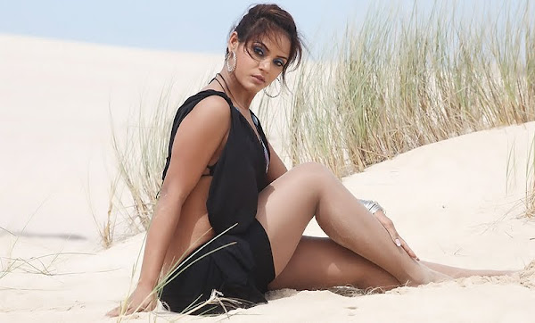 Neetu Chandra Spicy Pics navel show