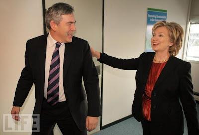 Gordon Brown recebe um tapinha nas costas de Hillary Clinton