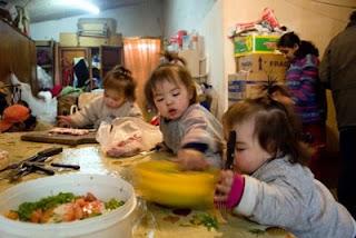 Pamela Villarruel e seus sete filhos no cotidiano