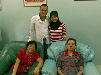 Suami dan Fazi bersama mak dan ayah mertua