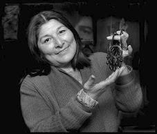 Mercedes Sosa con su amuleto Toba
