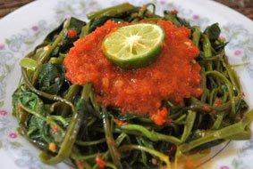 Plecing kangkung prêt à être dégusté (serdadoedapoer.blogspot.com).
