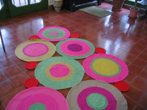 Puerta al sur alfombras circulares la nueva tendencia for Lana para hacer alfombras