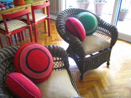 Puerta al sur trucos para decorar con almohadones tejidos for Almohadones para sillones jardin