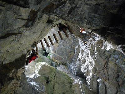 Equipamiento de progresión en el interior de la cueva.