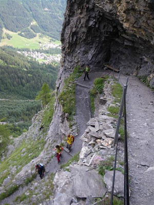 El camino es muy ancho, pero la pendiente no da tregua y las rodillas empiezan a quejarse.