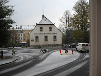 Der erste Schnee auf der Straße