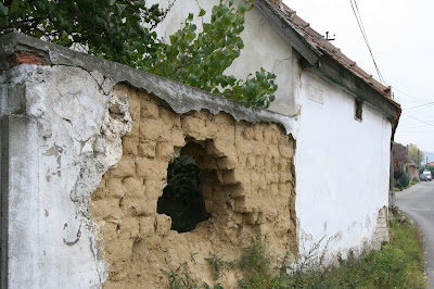 pilisvorosvar-daily-photo-hole-in-wall