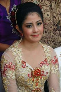 Foto Pernikahan Risty Tagor
