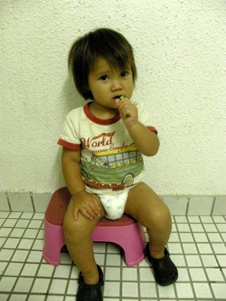 [Kristy+sit+brush+teeth.jpg]