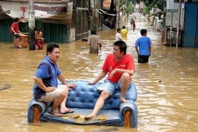 banjir, menikmati banjir, tips menghadapi banjir, banjir aneh, banjir lucu
