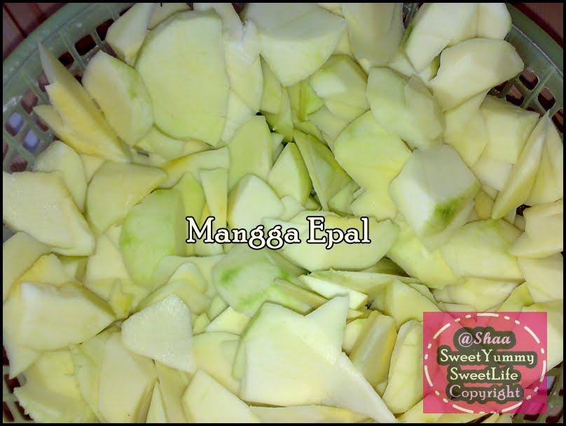 mangga epal yg telah dikupas kulitnya dan di hiris kecik2 buah mangga ...