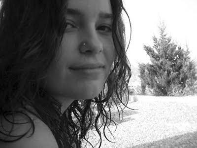 Bella muchacha en blanco y negro
