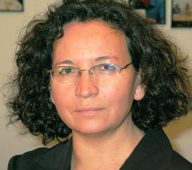mujer gafas y pelo rizado