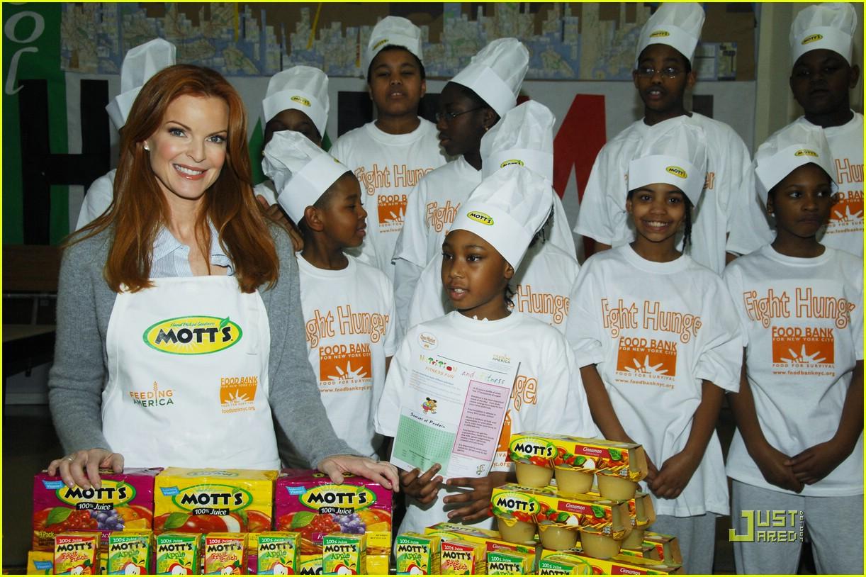 http://3.bp.blogspot.com/_cwrAuofIGpY/TT19tePsMhI/AAAAAAAAAgU/M0NzTm6rk0k/s1600/marcia-cross-feeding-america-motts-04.jpg