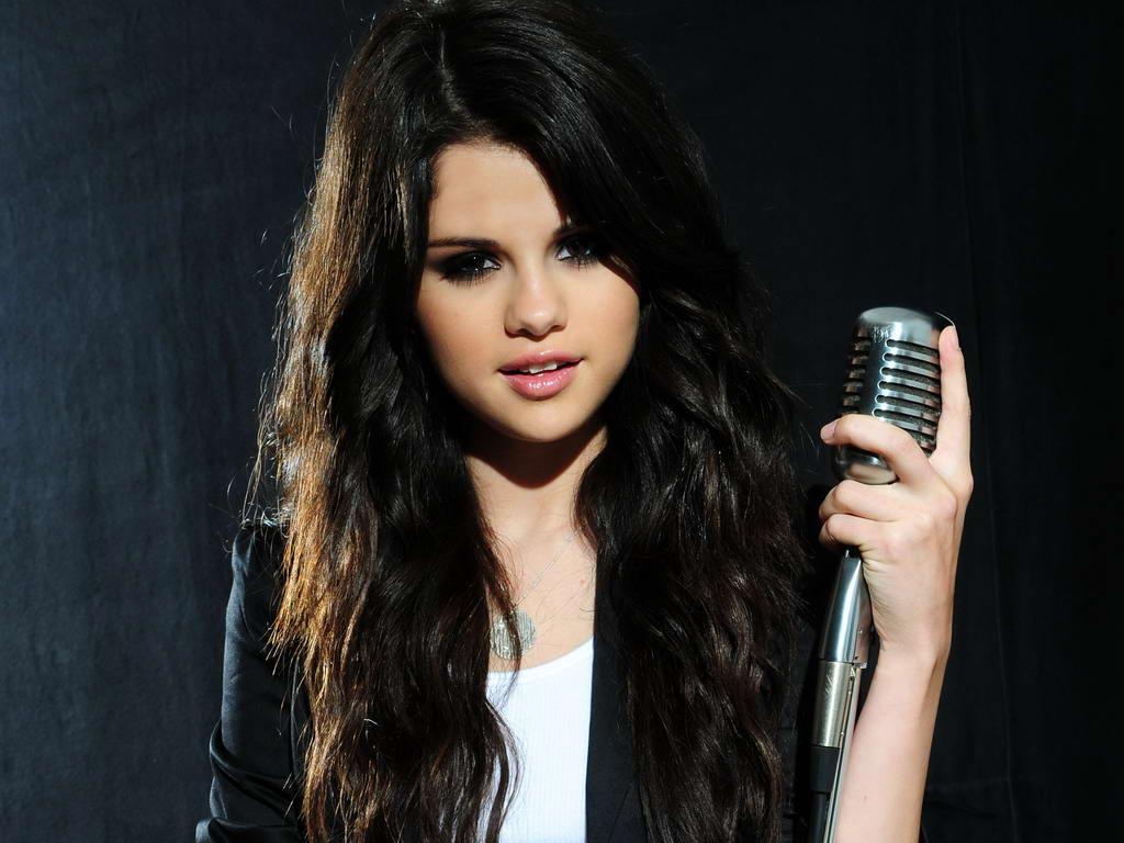 http://3.bp.blogspot.com/_cyH_7sPxVcQ/TP4RToQeNSI/AAAAAAAAHRI/vQ5D9IccYTQ/s1600/Selena%20Gomez%20singing%20in%20photo%20shoot%20%281%29.jpg