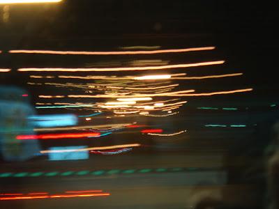 火車開動時拍到的道路,燈光都變成線條