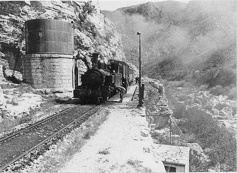 El comboi omplint les calderes al dipòsit d'aigua del barranc de l'Infern