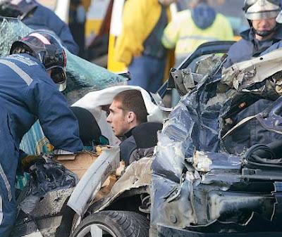 imagen de un accidente de coche con persona atrapada entre los hierros