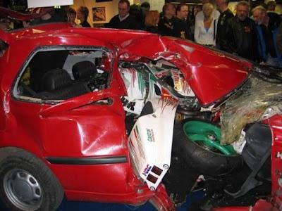 imagen de un accidente de coche con moto empotrada