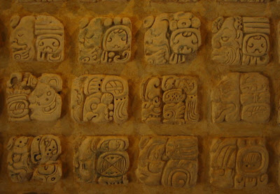 glifos mayas en piedra