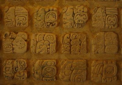 glifos mayas en piedra