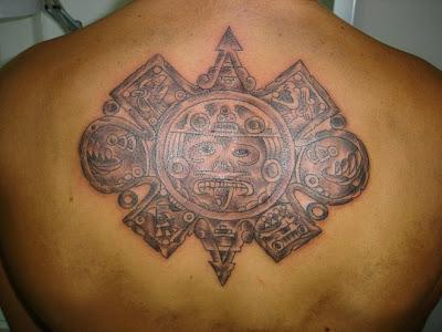 dios y los tatuajes. Un sol azteca o un simpático dios azteca en formato pequeño… como que no!