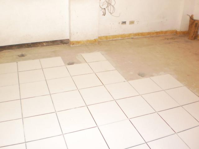 Como se ve instalado un piso ceramico blanco for Precio colocacion piso ceramico