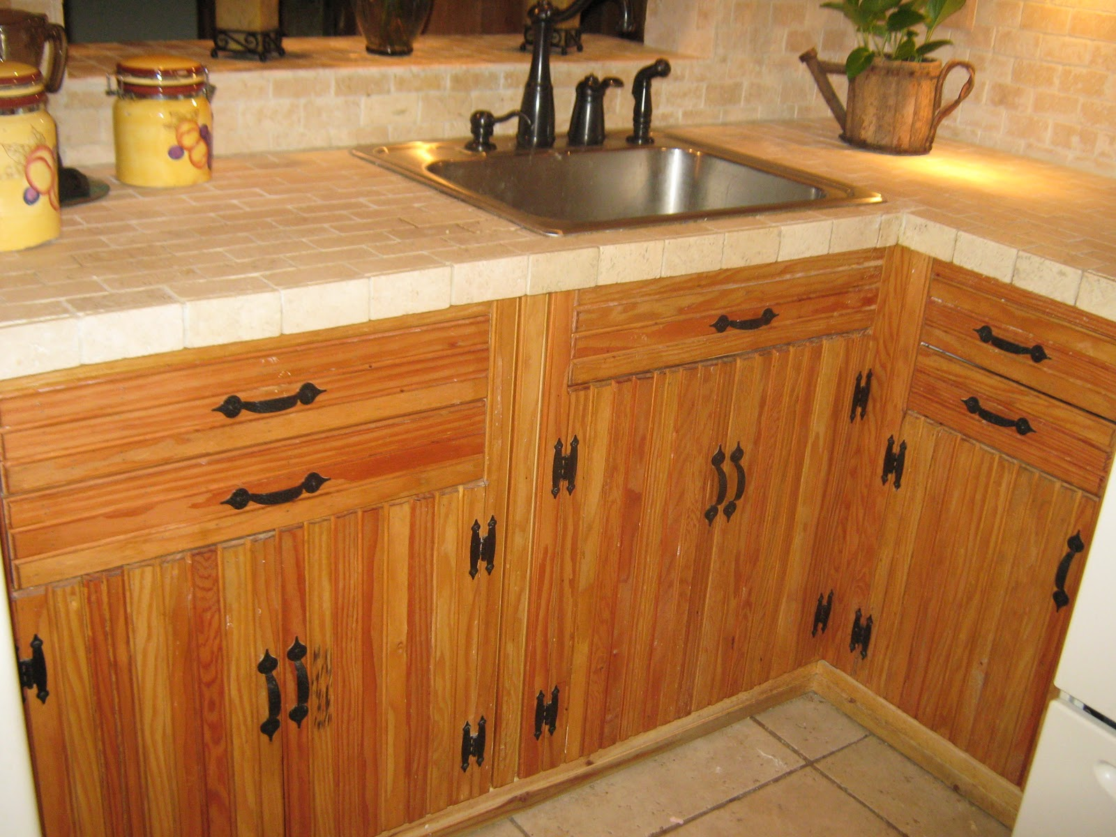 Fernandez cabinet remodelacion de una cocina rustica for Puertas de cocina rusticas