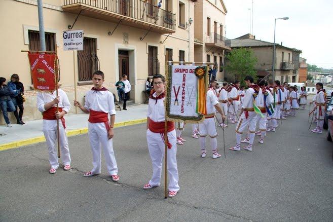 PARA TERMINAR DESFILO EL GRUPO ANFITRION DE GURREA