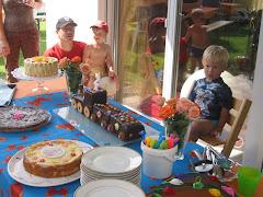 Kuchenbuffet mit Geburtstagskind