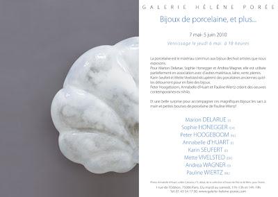 EXPO 'Bijoux de Porcelaine, et plus...' - Galerie Helène Porée, Paris (FR) - 7 mai-5 juin 2010 dans Andrea WAGNER (NL) Carton-EN