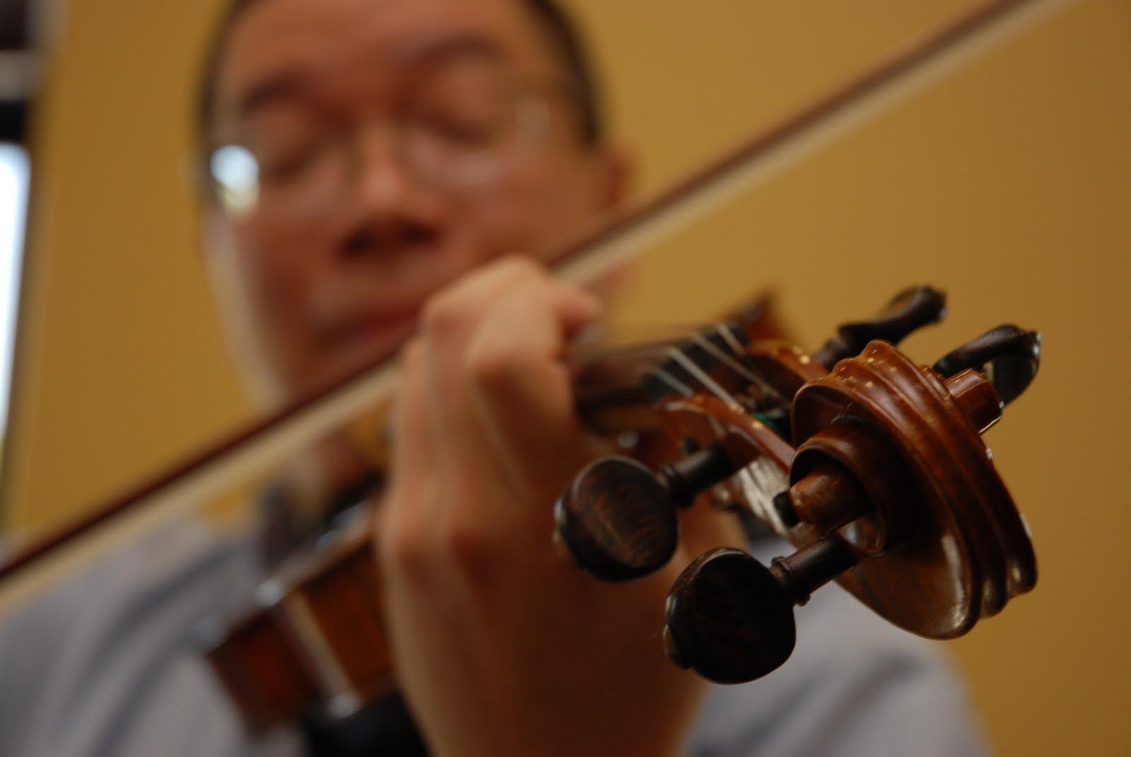 [Photo+of+Calvin+Lee+playing+Violin+(blurry)+by+Adrian+Luna+DSC_9666.JPG]