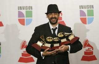 Juan Luis Guerra pasa el rolo en la 8va entrega del Grammy Latinos