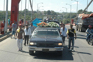 Multitud marcha con un cadáver al Palacio de Justicia para exigir que se esclarezca la muerte
