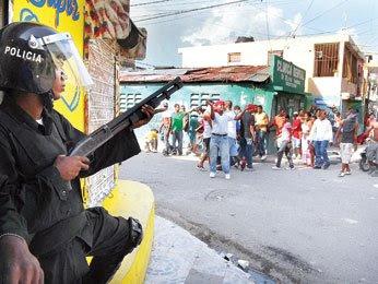 Capotillo afirma policías dispararon; sepultan menor